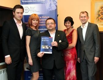 Od lewej stoją: Bernard Jastrzębski, Kamila Molińska, Maciej Maciejewski, Iwona Kasprzyszak i Roman Hadasik