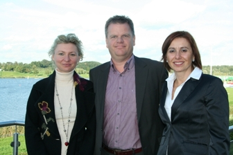 Od lewej stoją: Natalia Przybylska-Hansson, Lars Krol i Erika Dinok.