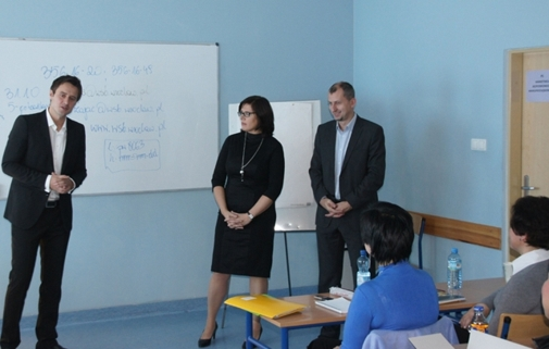 Od lewej stoją: Bernard Jastrzębski, Edyta Kurek, Roman Hadasik
