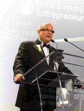 Dallin Larsen z Monavie podczas odbierania nagrody Ernst&Young dla Przedsiębiorcy Roku