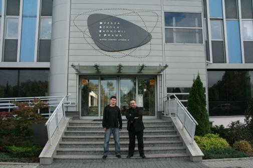 Po podpisaniu umowy przed budynkiem WSEiP